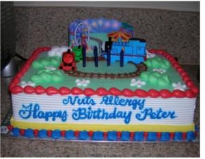 """La inscripción de la torta dice """"Alérgico a las nueces ¡Feliz cumpleaños Peter°"""